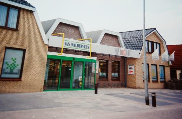 Supermarkt Van Walderveen aan de Willem de Zwijgerweg.