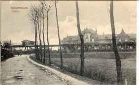 Gezicht op het in 1884 gebouwde station van Geldermalsen gezien vanaf de Genteldijk. Verzameling Wim van den Bosch.