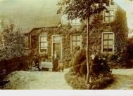Huize Acquoy rond 1908 met daarbij familie De Bruin. Verzameling Rob Nas.