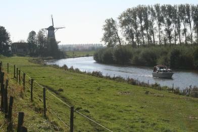 Korenmolen De Vlinder langs de Linge. Foto: Martine Eerelman-Hanselman, 2012.