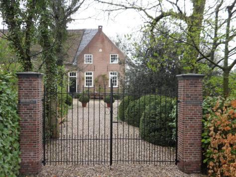 Huize Acquoy apr 2012 inrijpoort en huis.JPG