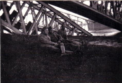 Soldaten bij de brug die ze hebben opgeblazen in het begin van de oorlog (1940). Collectie: Stadskasteel Zaltbommel.