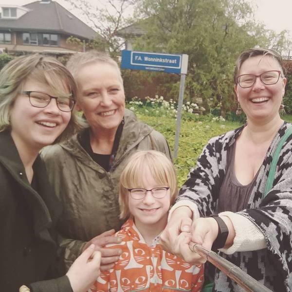 Ine Wonnink met dochter en kleindochters voor de straat die vernoemd is naar haar vader - Foto Chantal Kielliger